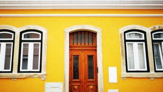 La porte d'entrée munie d'une belle serrure pour la sécurité