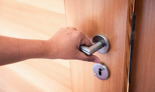 Dans quel cas solliciter un serrurier pour débloquer une porte?